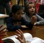 Pilar lee a los niños 01.jpg