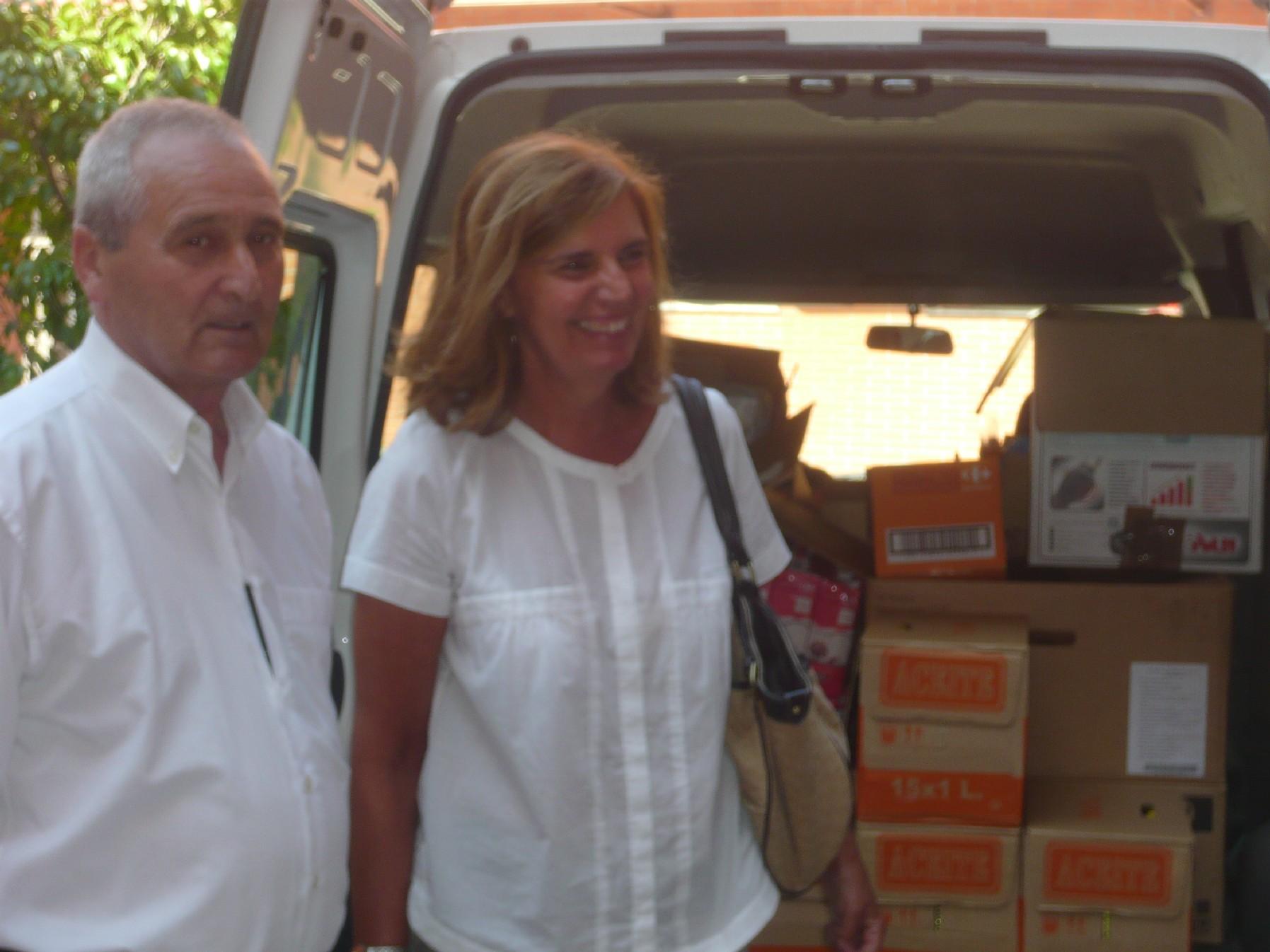 Tomás Marcos, fundador del Albergue Covadonga, y la concejala Dorinda García, junto a una de las furgonetas del reparto de alimentos.